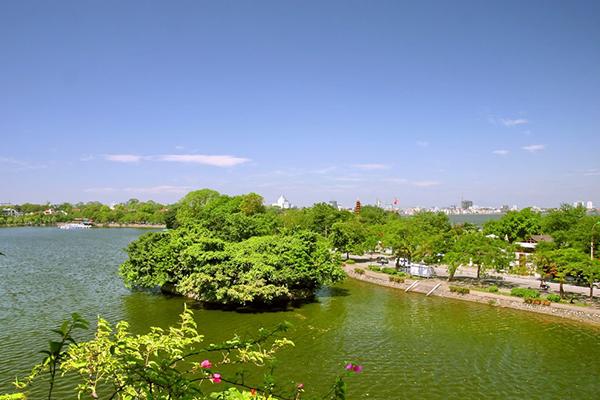Hồ Trúc Bạch mơ màng giữa lòng Hà Nội