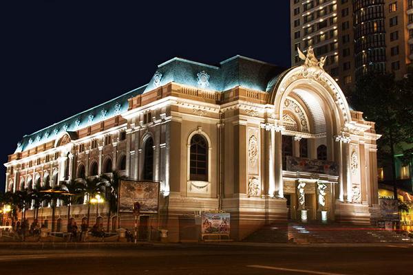 Nhà hát thành phố rực rỡ về đêm