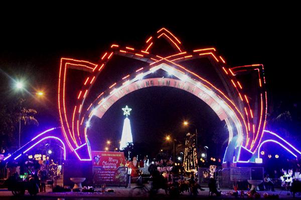 Cổng công viên nhộn nhịp, đầy sắc màu khi đêm về