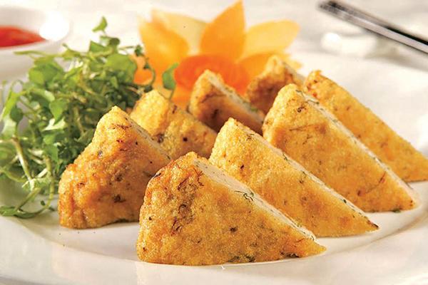 Món chả cá chiên ăn kèm rau sống